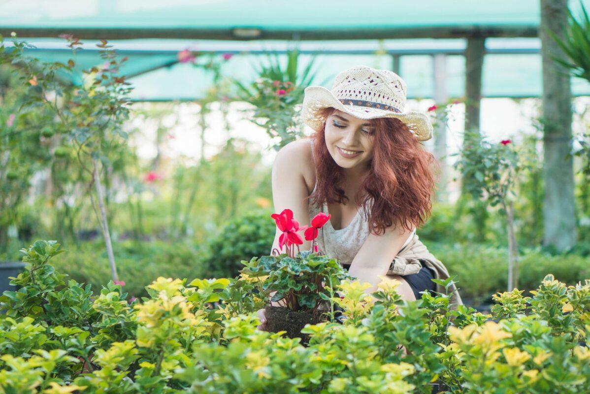 femme jardinant