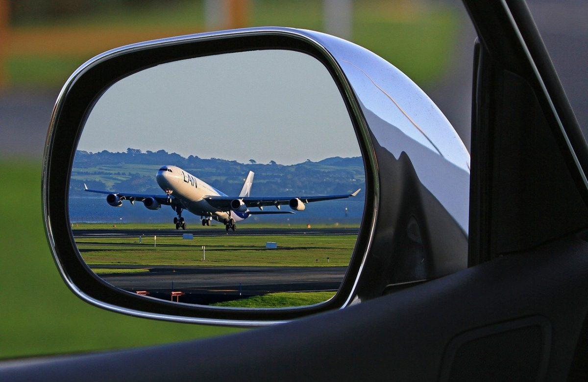 Vacances d'été - Un avion vu depuis sa voiture