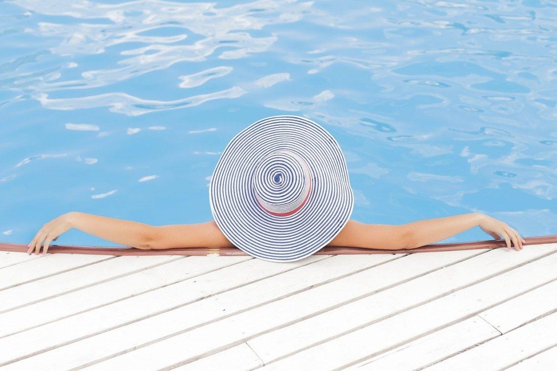 Vacances d'été - Une femme à la piscine