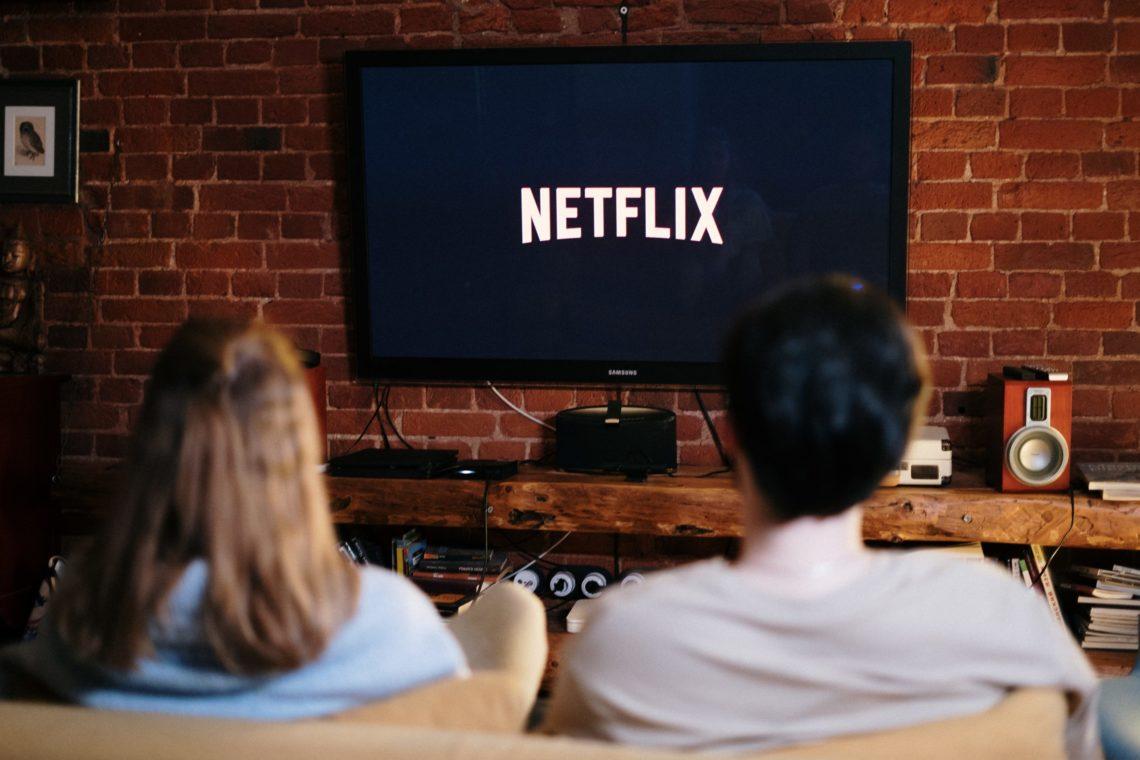 Couple devant une série Netflix
