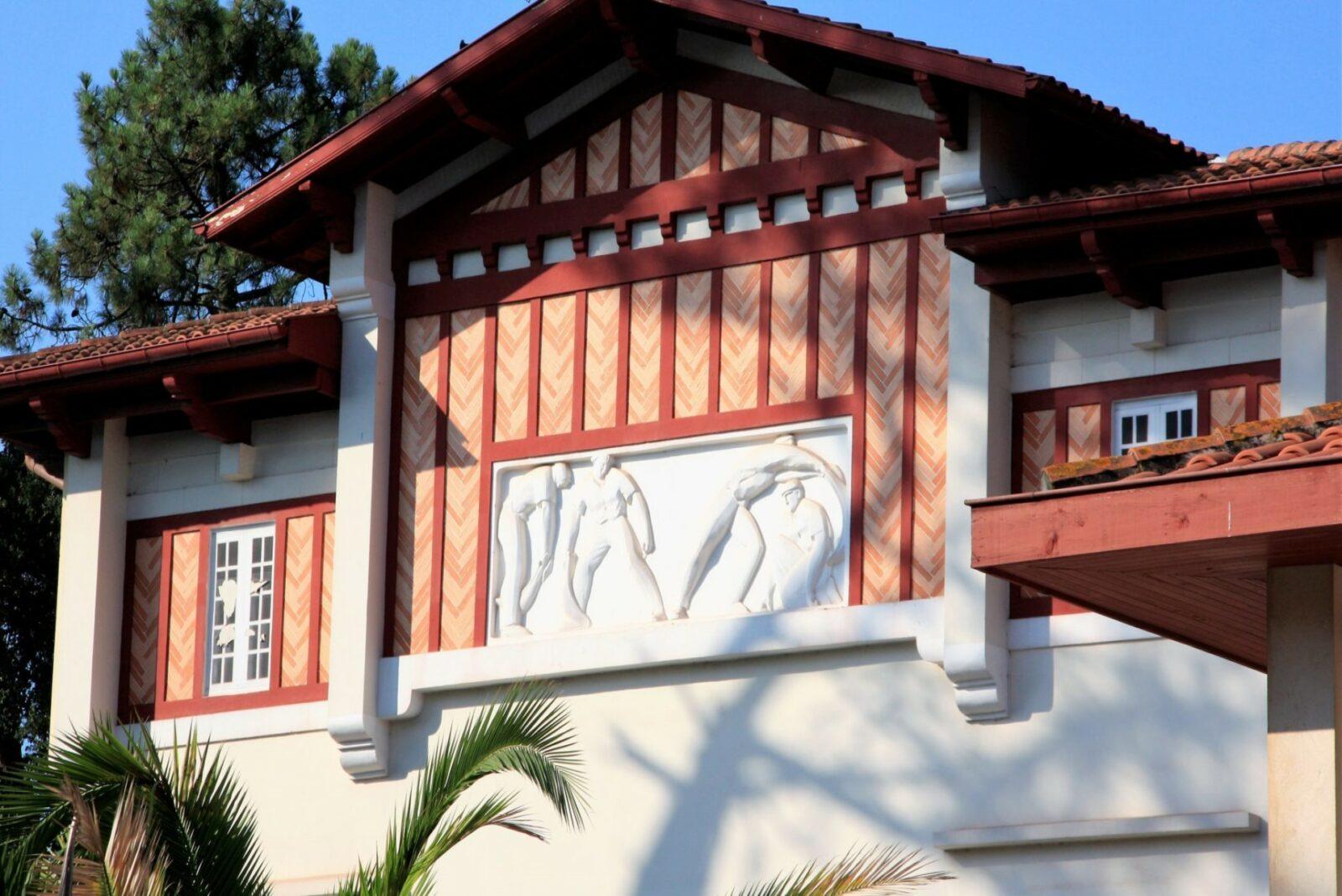 Le fronton du casino d'Hossegor, exemple parfait de l'architecture basco-landaise.