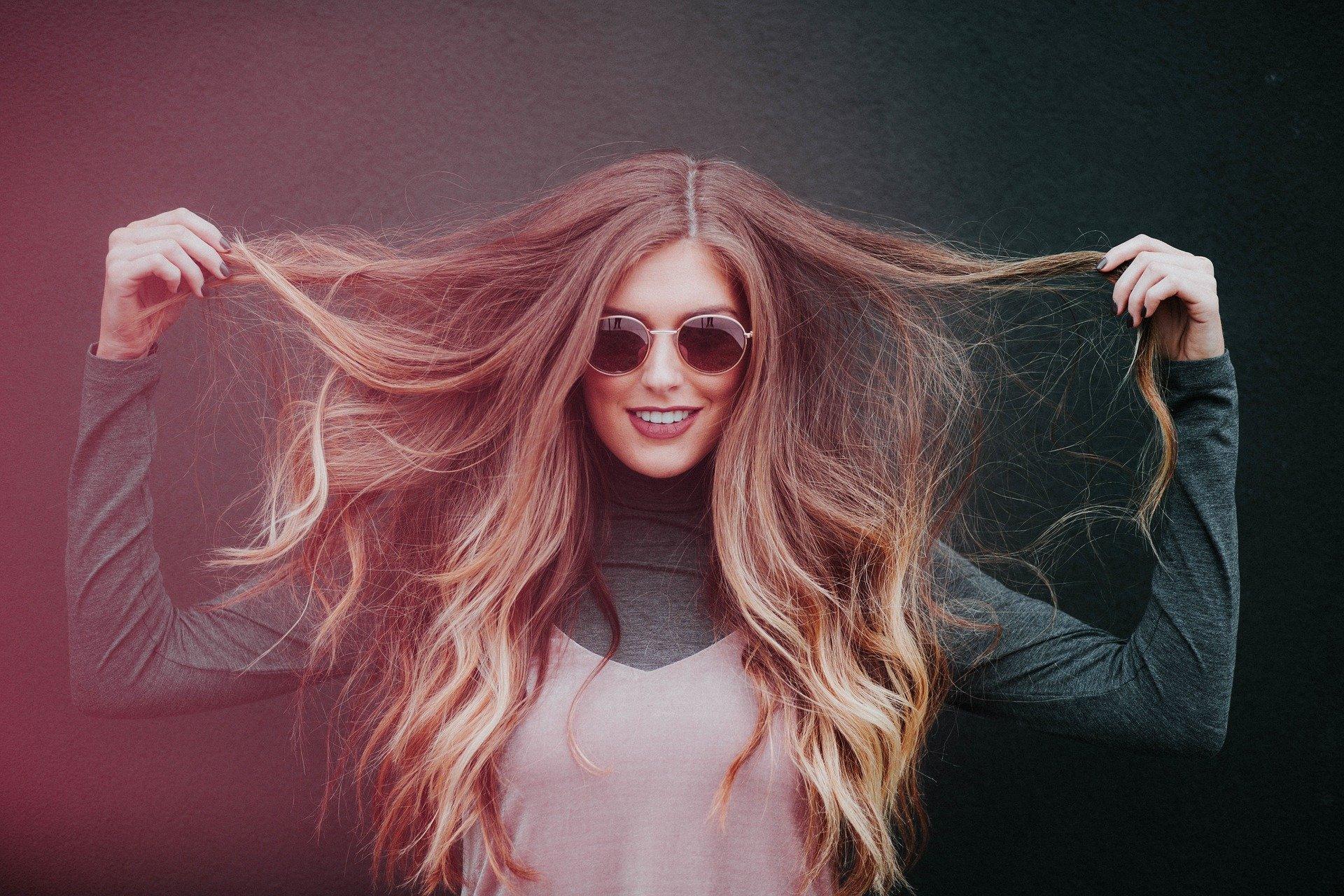 Tinsel Hair : la tendance des fils pailletés dans les cheveux