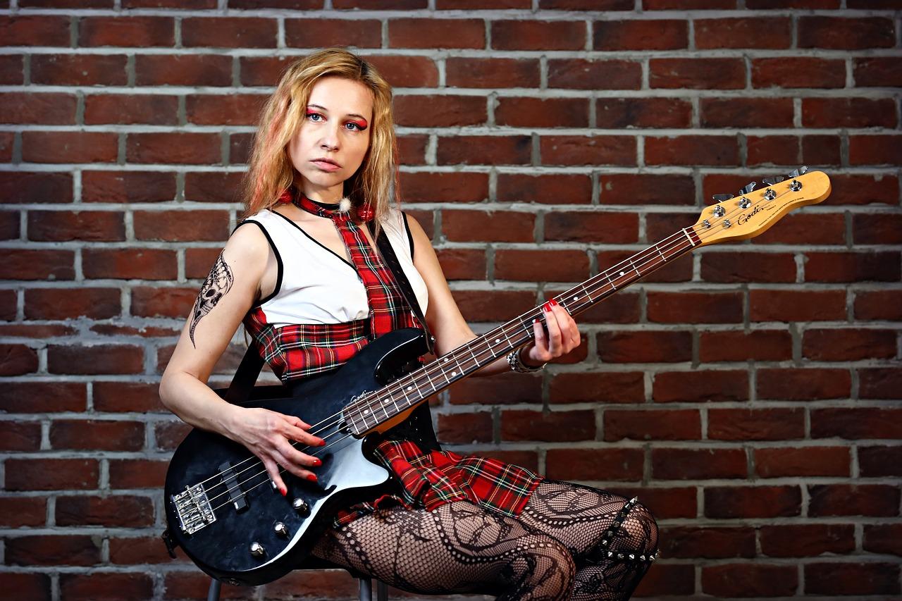 Femme jouant de la guitare basse
