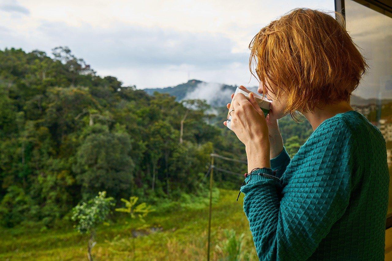fatigue chronique - une femme boit son thé